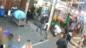 士林夜市驚傳十多名惡煞砸店,還點燃鞭炮朝店員丟擲(翻攝畫面)