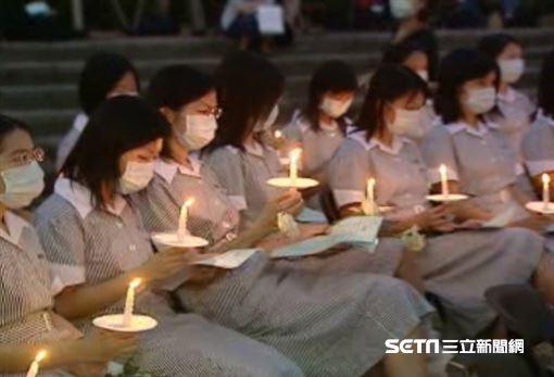 2003年台灣爆發SARS,當時多名醫護人員殉職,圖為護理師們悼念畫面。(圖/資料照)