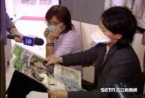2003年台灣爆發SARS,衛生署印製SARS防疫特刊。(圖/資料照)特殊造型口罩