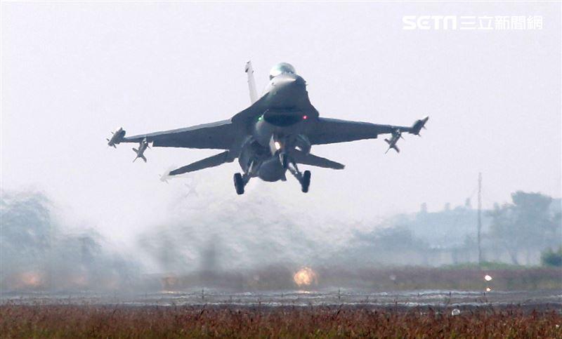 空軍F16V(BLK20)戰機春節加強戰備,全載掛武器裝備緊急起飛捍衛領空安全。(記者邱榮吉/攝影)