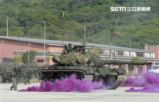 CM11戰車、CM33裝步戰鬥車發起攻擊,快速執行應變制變及全方位打擊任務 之可恃戰力。。(記者邱榮吉/高雄拍攝)