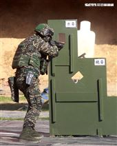 海軍陸戰隊特勤隊員應用射擊及特種作戰演練,藉精準射擊能力及各項反恐制暴的戰鬥動作,展現特勤隊員勤訓精練成果。(記者邱榮吉/高雄拍攝)
