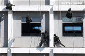 海軍陸戰隊特勤隊員繩索下降攻堅。(記者邱榮吉/高雄拍攝)