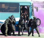 海軍陸戰隊特勤隊員反劫車迅速制伏歹徒順利救出人質。(記者邱榮吉/高雄拍攝)