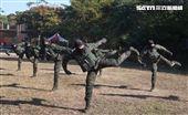 海軍陸戰隊特勤隊員執行綜合格鬥。(記者邱榮吉/高雄拍攝)