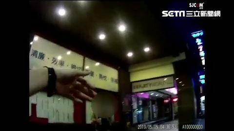台北市中山分局警員盤查林男,他卻當著警員的面猛灌啤酒(翻攝畫面)
