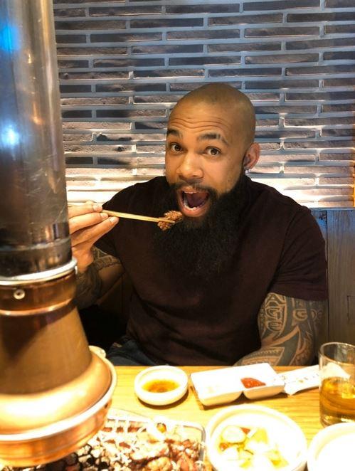 ▲Eric Thames休假又到韓國吃烤肉。(圖/截自韓國媒體)