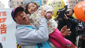 郭台銘抱小朋友展親和力鴻海創辦人郭台銘(左)31日到新北市土城替無黨籍立委候選人李縉穎站台拉票,抱起小朋友展現親和力。中央社記者王騰毅攝  108年12月31日