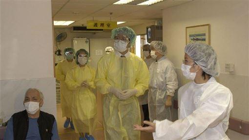 香港著名傳染病學家袁國勇21日說,如果武漢肺炎病毒在社區爆發,情況就相當嚴重,會出現當年SARS的情況。圖為2003年SARS在港爆發時,醫療當局測試預防措施。(港府提供)