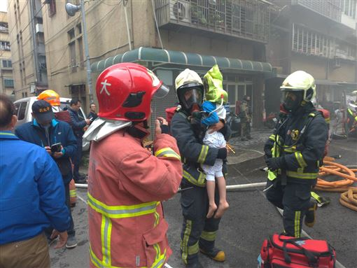 無名英雄衝火場 消防搶救三月男嬰