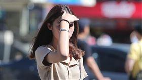 午後陽光刺眼 民眾伸手遮陽台北市1日午後高溫炎熱,陽光顯得相當刺眼,在街頭行走的民眾以手遮擋豔陽。中央社記者徐肇昌攝 108年8月1日