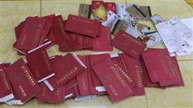 中國一名女子一日在家中找到一個盒子,打開一看發現裡面全是存摺,且多達150本,讓她以為家裡其實很富有;趕緊詢問後,爸爸才坦承這些存摺「都是別人的」,也曝光為什麼會收這麼多本存摺的原因,讓一旁的女兒聽了相當感動。(圖/翻攝自江蘇新聞)
