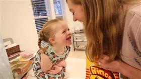 美國妹妹Jane試吃台灣零食/她的反應超好笑!/翻攝自莫彩曦&Adam YouTube