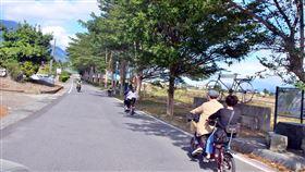 關山環鎮自行車道名列台灣人最愛5大自行車道近年來台灣民眾騎自行車風潮盛行,網路票選日前統計出「台灣人最愛5大自行車目的地」,其中之一就是台東縣關山鎮環鎮自行車道。中央社記者盧太城台東攝 108年11月30日