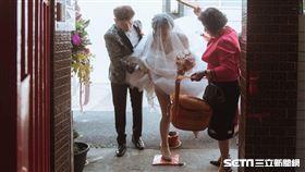 新娘過火爐!婚紗裙掀到大腿根部 露「美白小腿」險洩春光 圖/蔡小姐授權提供