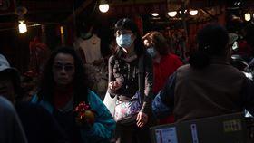 防武漢肺炎 民眾戴口罩出入傳統市場(2)中國武漢華南海鮮市場從去年12月起爆發不明原因肺炎,病原體經判定後為一種新型冠狀病毒,台灣21日證實首例確診。22日民眾在傳統市場內配戴口罩採買。中央社記者吳家昇攝 109年1月22日