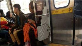 火車上玩槍!男持玩具槍搭火車亂晃 警依社維法裁罰 翻攝自臉書