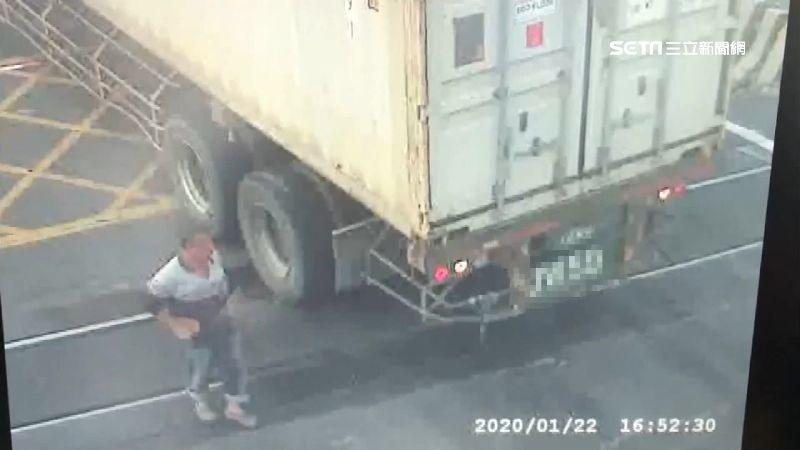 驚!貨櫃車卡鐵軌 普悠瑪急煞險撞上