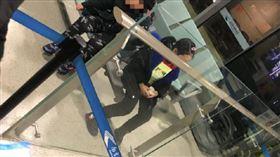 「兒女發燒」硬要上機!中國父母鬧場後…小孩丟機場自己飛(圖/翻攝自微博)