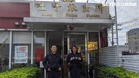 台北市士林分局社子派出所警員協助開道,讓周男父親及時撿回一命(翻攝畫面)