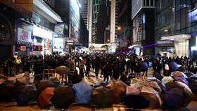 移民寶島的台灣人 對故鄉仍難割捨台灣近年成為許多香港人移民的熱門選擇,「反送中」抗爭爆發後尤其如此。圖為2020年1月1日示威者在中環築起路障。(中通社提供)中央社  109年1月24日