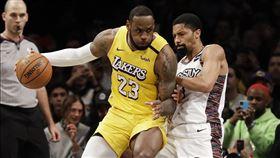 ▲詹姆斯(LeBron James)27分12籃板10助攻,本季第10次「大三元」。(圖/美聯社/達志影像)