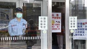 因應武漢肺炎 醫院宣導相關防疫措施(2)因應武漢肺炎,中央流行疫情指揮中心升到二級。台北市立聯合醫院在門口張貼相關告示,呼籲民眾配戴口罩,宣導相關防疫措施。中央社記者張皓安攝 109年1月24日