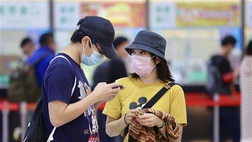 出入公共場所戴口罩 慎防疾病傳染(2)武漢肺炎疫情持續升溫,台灣日前已出現首例確診個案,且近來正值流感高峰,不少民眾出入公共場所皆會戴上口罩,預防傳染性疾病。中央社記者張皓安攝 109年1月24日