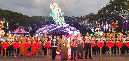 馬來西亞東禪寺燈會開幕 台馬文化交流馬來西亞佛光山東禪寺23日舉行平安燈會暨花藝展亮燈儀式,駐馬代表洪慧珠(前排左1)受邀出席。中央社記者郭朝河吉隆坡攝 109年1月24日