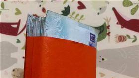 老闆發年終 千元鈔「塞滿」紅包袋!網驚:這包至少12萬。(圖/翻攝自爆廢公社2館)