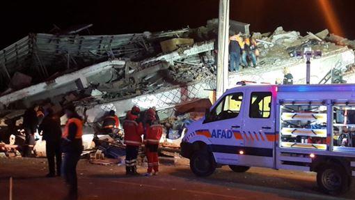 土耳其東部艾拉齊省今晚發生規模6.5地震。據初步報告,地震已造成6人死亡,10多人受傷。電視畫面顯示,看起來像是住宅區內的許多建物嚴重倒塌。(圖/翻攝自Burak93020343 Twitter)