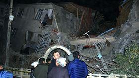 土耳其東部6.5強震!至少6死10傷 住宅區倒塌嚴重。(圖/美聯社/達志影像)