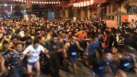 彰化南瑤宮頭香馬拉松彰化南瑤宮搶頭香活動改成以馬拉松形式舉辦,600多名男子和女子組選手先後從南瑤宮前出發,場面壯觀。中央社記者吳哲豪彰化攝 109年1月25日