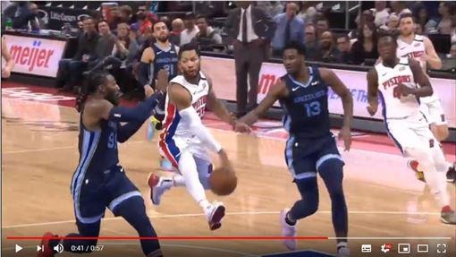 ▲羅斯(Derrick Rose)利用自己雙腿間的縫隙傳助攻。(圖/翻攝自YouTube)