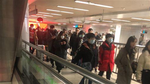 武漢肺炎爆發上海地鐵戴口罩。/記者連雅卉攝影