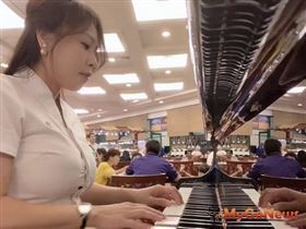 21世紀不動產台東中華加盟店美女房仲黃柏菁,身兼鋼琴師示範優雅斜槓成交術(圖/21世紀不動產)