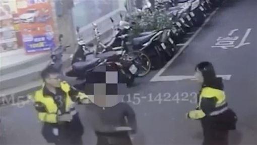 新北市蕭姓男子搭計程車後醉倒,司機將他叫醒後竟開始發酒瘋(翻攝畫面)