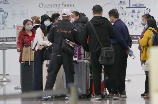 近百名湖北旅遊團成員離台因應武漢肺炎疫情,至少超過3團來自湖北省、近百名旅遊團員26日上午起到晚間,自桃園國際機場搭機離台。部分旅客心繫家鄉,擔心萬一居住的城市也被「封城」,屆時連家都回不去。中央社記者邱俊欽桃園機場攝  109年1月26日