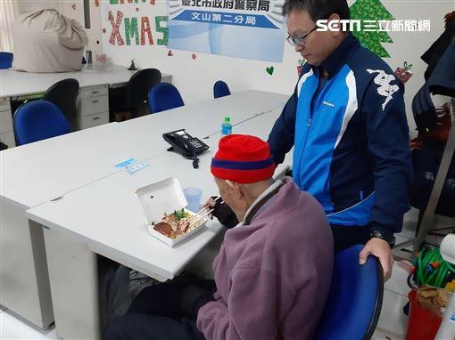 台北文山區的饅頭爺爺走失後,靠著警方及網友通力合作將其找回(翻攝畫面)