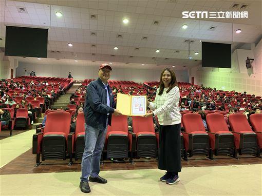 臺北城市科技大學觀光事業系郭中玲教授幫觀光系學生了解賽車運動。(圖/受訪者提供)