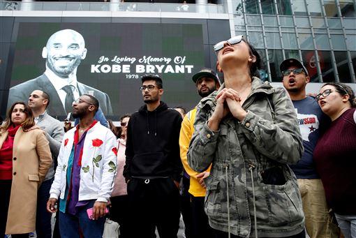 球迷湧入史坦波中心悼念Kobe Bryant。(圖/路透社/達志影像)