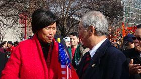 華府市長出席春節遊行與駐美代表寒暄