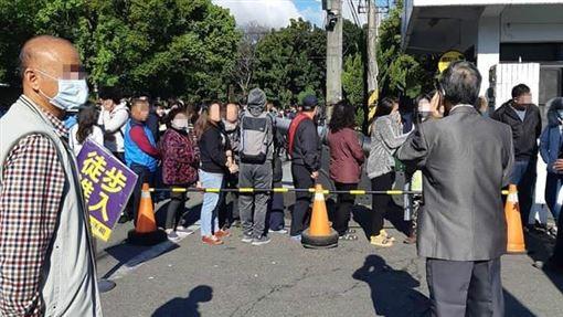 武漢肺炎爆發!口罩工廠門口被塞爆 排隊畫面曝光(田中人臉書)