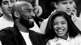 巨石強森曬出柯比布萊恩(Kobe Bryant)和女兒的合照(圖/翻攝自巨石強森IG)
