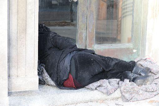 華府遊民問題難解 去年死亡人數創5年新高美國華盛頓多處可見無家可歸的人裹著單薄毯子,捲曲身軀縮在街頭一角。圖為108年12月24日拍攝。中央社記者徐薇婷華盛頓攝 109年1月27日