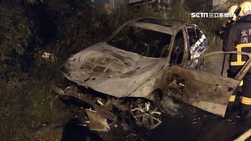 轎車撞機車再撞變電箱 爆炸成廢鐵