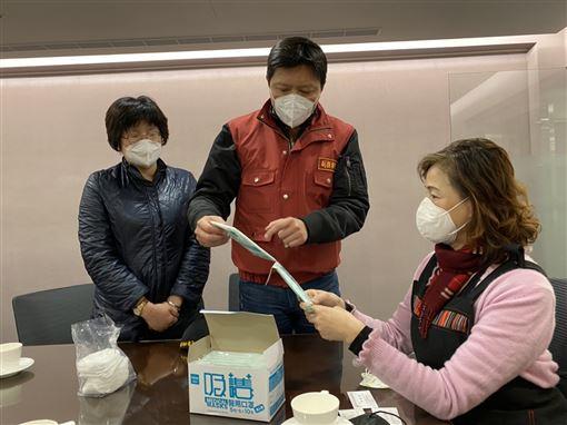 新北副秘書長率隊訪視口罩工廠(圖/新北市政府提供)
