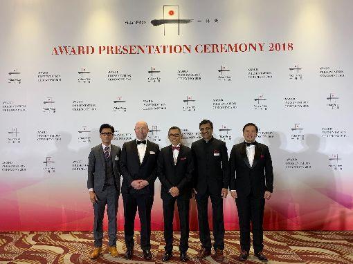 騰訊創辦人陳一丹投入教育慈善騰訊創辦人陳一丹(左3)是中國富人投入慈善領域的代表人物之一,他創設的教育類獎「一丹獎」以高額獎金著稱。圖為2018年12月的一丹獎頒獎典禮,來自台灣、在中國大陸投入富人家族辦公室多年的亙將(左1)擔任觀禮嘉賓。(亙將提供)中央社記者張淑伶傳真  109年1月28日