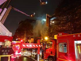 ▲新北市新店中興路上的彩券行發生火警,有民眾報案疑似縱火。(圖/翻攝畫面,下同)
