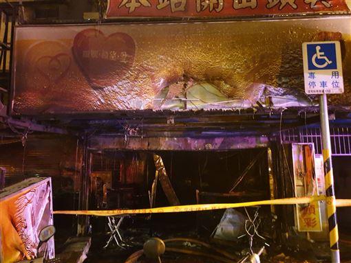 新北市新店中興路上彩券行火警,73歲老闆娘逃避不及,被發現時已經沒有生命跡象,初步了解疑似為彩券行老闆娘的兒子縱火。(圖/翻攝畫面)
